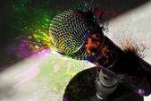 Mikrofon a praskla barvy — Stock fotografie