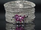 Bracelete de prata com pedras de cristal rosa. — Fotografia Stock