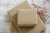 Gift box wrapped in recycled paper with ribbon bow — Zdjęcie stockowe