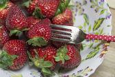 Teller mit erdbeeren, abgedeckt und servietten — Stockfoto