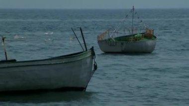 Dwie łodzie unoszące się na wodzie — Wideo stockowe