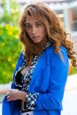 Elegantní žena s dlouhými kudrnatými vlasy — Stock fotografie