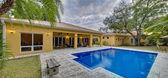 Swimming pool backyard. — Stock Photo