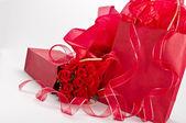 Růže a dárky — Stock fotografie