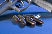 Opsommingstekens en gun — Stockfoto