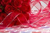 Kırmızı güller ve şerit — Stok fotoğraf