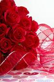 Rote schleife und rosen — Stockfoto