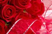 Umělé růže a stuha — Stock fotografie