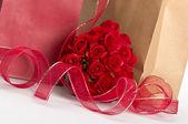 Giftbags för valentine och rosor — Stockfoto