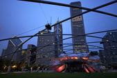 杰伊 · 普利兹克亭和在芝加哥千禧公园的大草坪的看法 — 图库照片