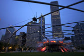 Weergave van jay pritzker paviljoen en grote grasveld in millennium park in chicago — Stockfoto