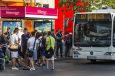 Bükreş'te otobüs bekliyor — Stok fotoğraf