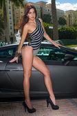 Sensuell kvinna med en sportbil — Stockfoto