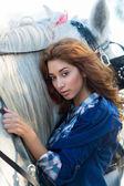 Piękna kobieta z koniem — Zdjęcie stockowe