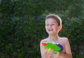 Bambino giocare con un giocattolo di acqua. — Foto Stock