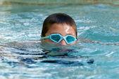 Kind in den pool eintauchen. — Stockfoto