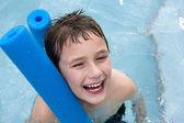 Felice ragazzo in piscina — Foto Stock