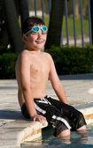 ребенок сидит в бассейне — Стоковое фото