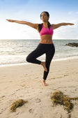 Woman practice yoga in the beach — Stockfoto