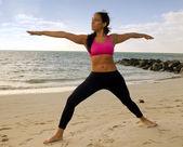 在海滩的瑜伽姿势 — 图库照片