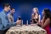 Skupina přátel, pití vína — Stock fotografie