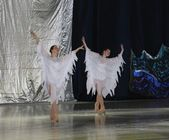 Dance of girls in a white dress of an angel — Stock Photo