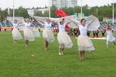 Grupo de mujeres vestidas de blanco en un campo verde del estadio — Foto de Stock