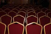 Teatrales sillas con tapizado de rojo en un marco dorado — Foto de Stock