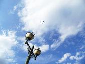 Уличный фонарь и небо — Стоковое фото