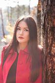美丽的年轻女子在秋天公园ガマズミ属の木、青空に — 图库照片