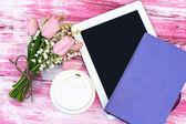 Diário, um computador tablet, um copo de café e lírios do valle — Fotografia Stock
