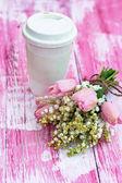 Ett glas kaffe och liljor av dalen och tulpaner — Stockfoto