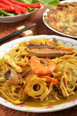 Curry-fried noodles with seafood — Stock Photo