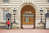 Guard in front the Buckingham palace — Stock Photo