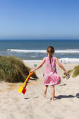 Young girl heading for the beach — Stockfoto