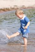 Chlapec batole na pláži — Stock fotografie