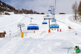 Blue Chair Lifts above Sunny Ski Slope — Zdjęcie stockowe