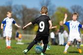 Chlapec driblování během fotbalového zápasu — Stock fotografie
