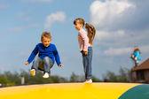 Niños saltantes — Foto de Stock