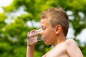 Junge-trinkwasser — Stockfoto
