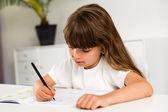 Dziewczyna w odrabianiu prac domowych — Zdjęcie stockowe