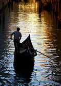 Gondolier against beautiful sunset in Venice, Italy — Stock Photo