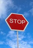 Road stoppskylt på himmel bakgrund — Stockfoto