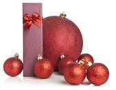 рождественский подарок и мяч — Стоковое фото