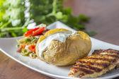 Pollo asado con patatas al horno — Foto de Stock