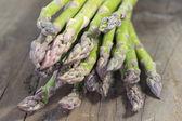 Asparagi verdi su legno — Foto Stock