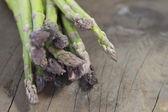 Groene asperges op hout — Stockfoto
