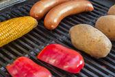 Grilování s párky brambory a kukuřice — Stock fotografie