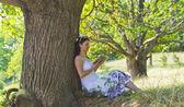 Vrouw in het park — Stockfoto
