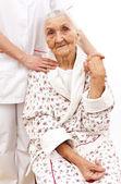 长辈们的年轻医生伸出援手 — 图库照片